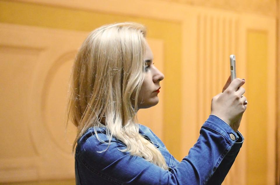 blonde-quinntheislander-pixabay
