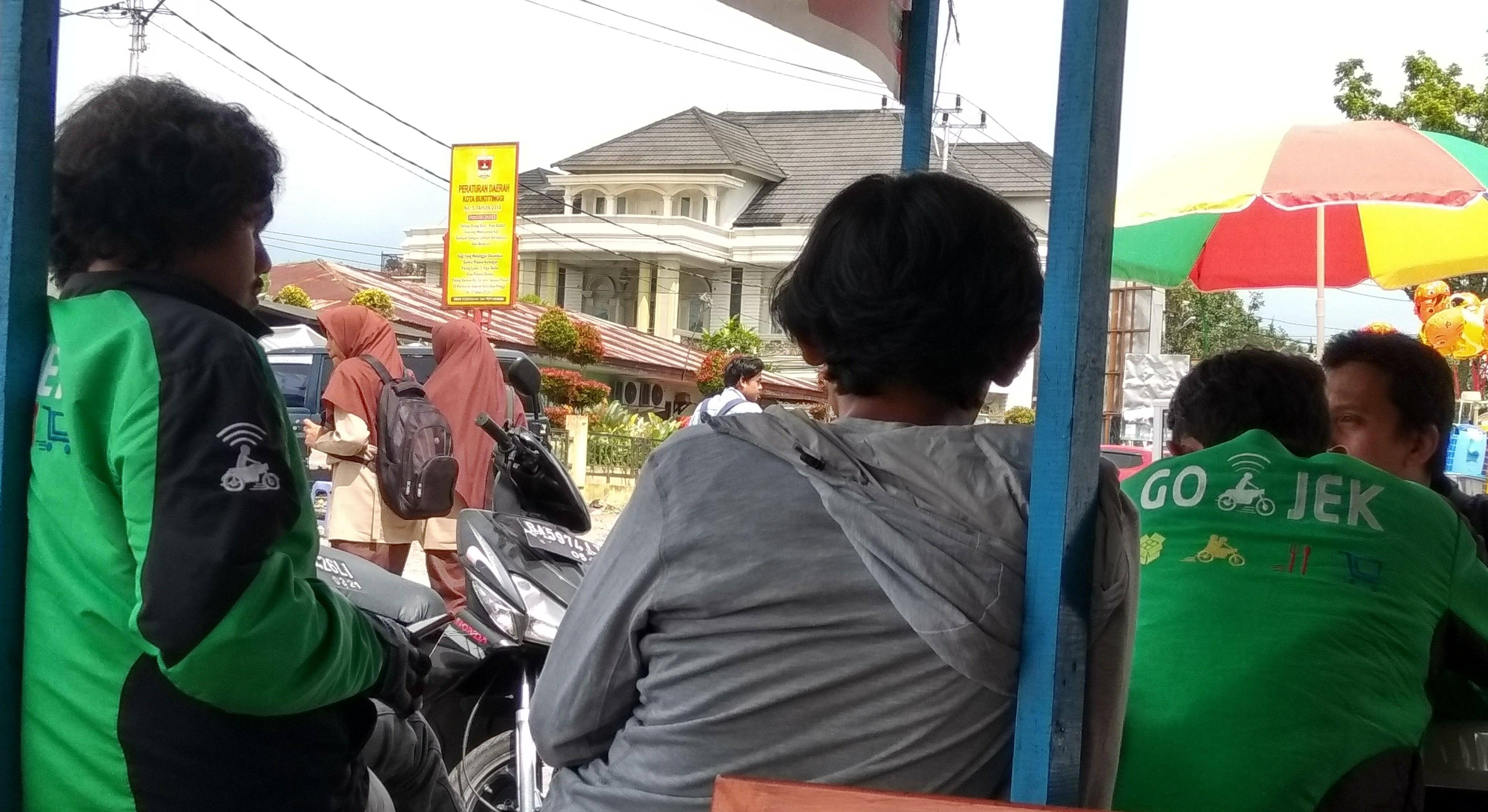 Driver Gojek Bukittinggi Tunggu Penumpang - bakaba.co