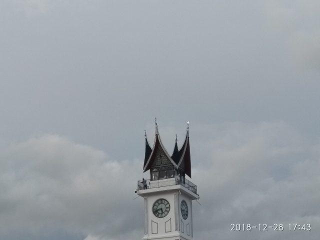 Pawang hujan - Puncak Jam Gadang dan awan hujan - bakaba.co