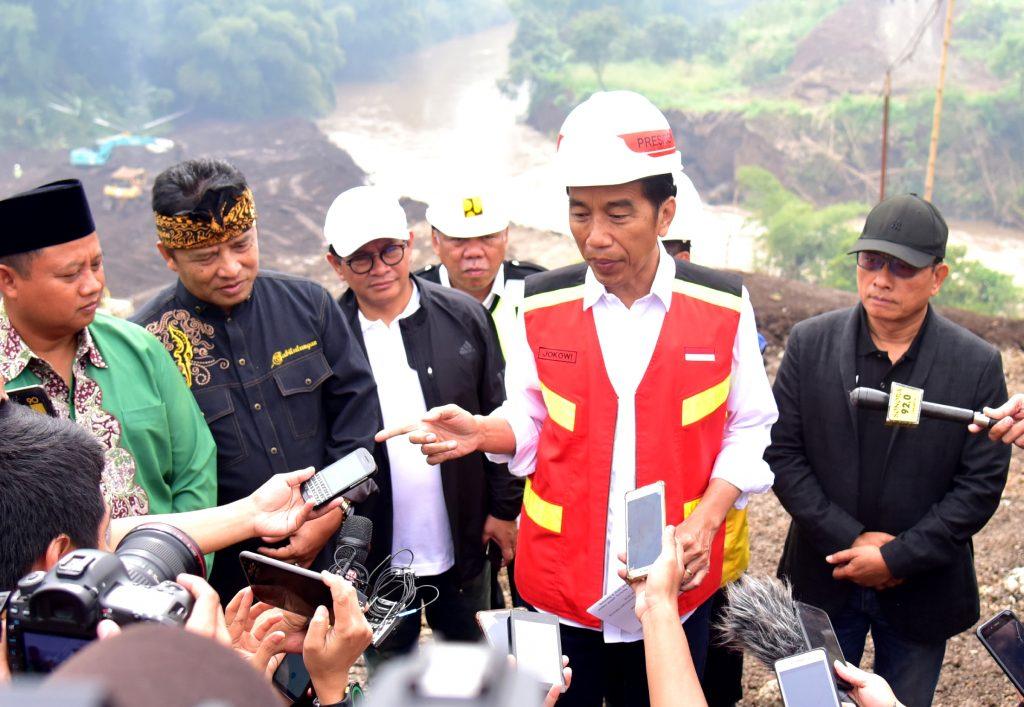 Jokowi-Tinjau-Terowongan