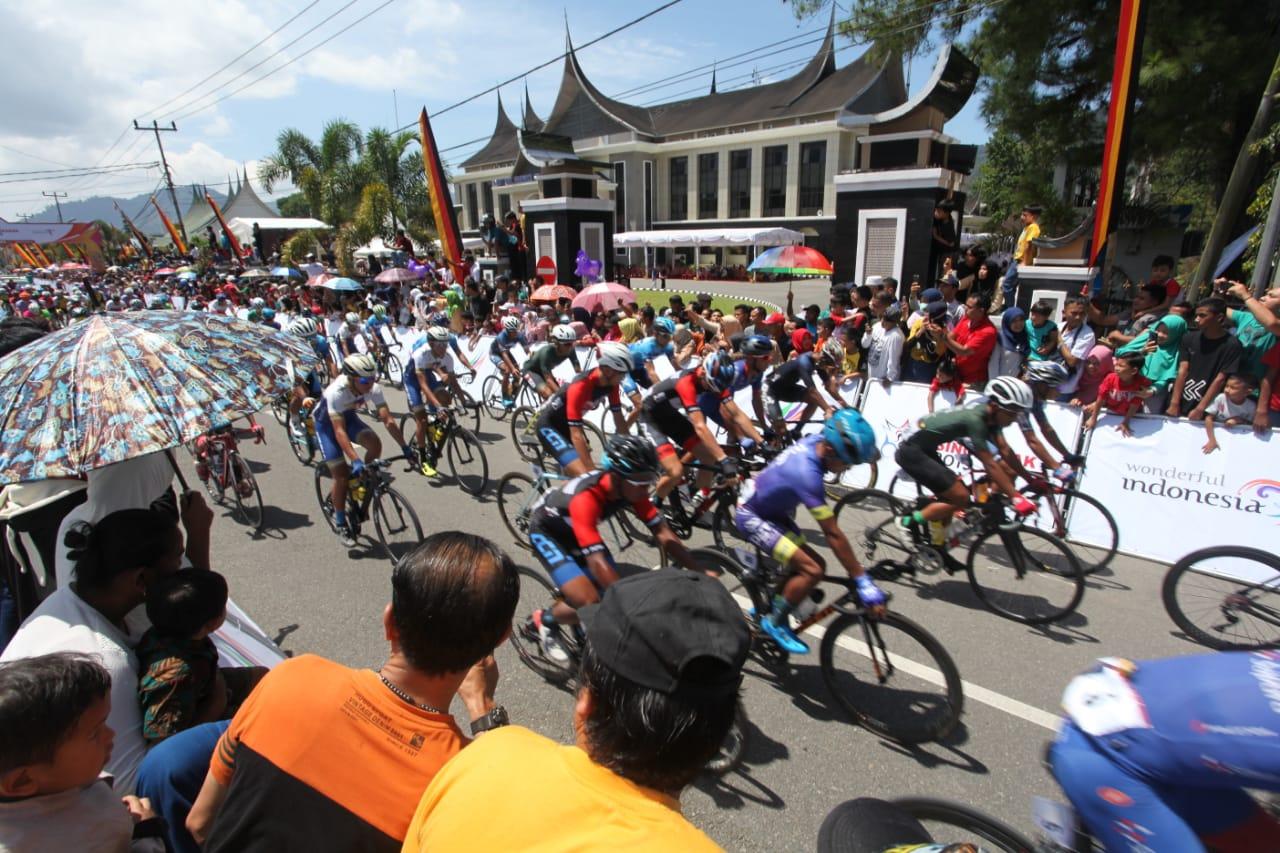 Pembalap TdS 2019 melintasi Kantor Bupati Pasaman, foto. ist