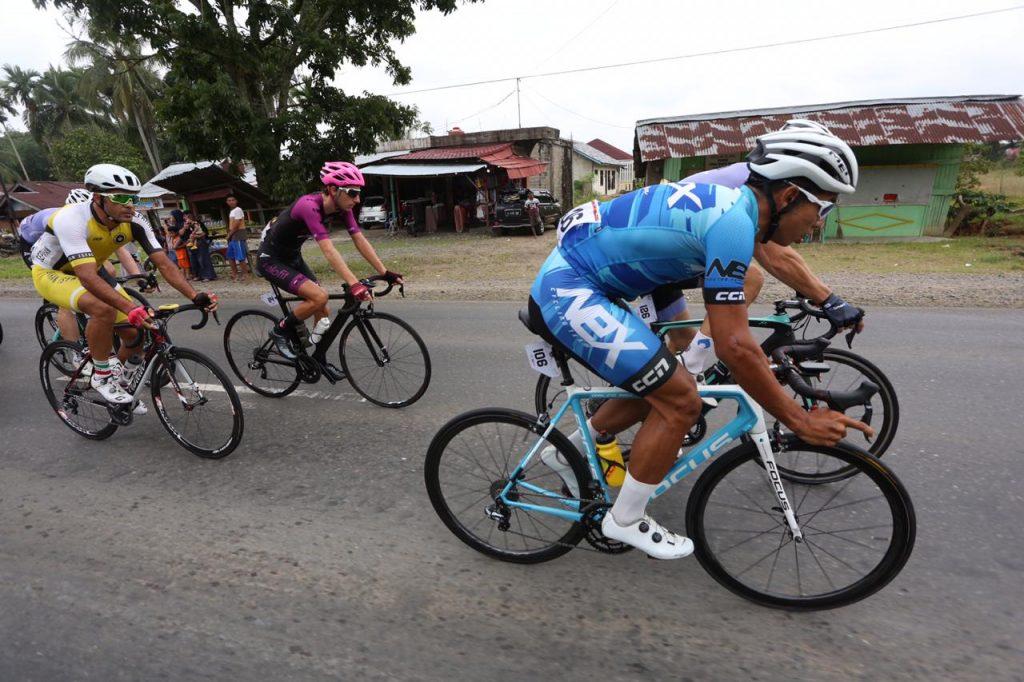 Pembalap TdS 2019 lintasi jalan lurus lintas sumatera, foto. doc. istimewa