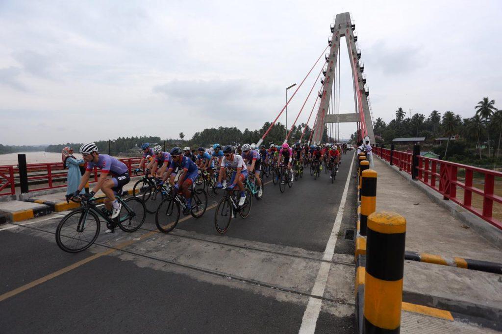 Pembalap TdS 2019 lintasi Jembatan di Dharmasraya, foto. istimewa