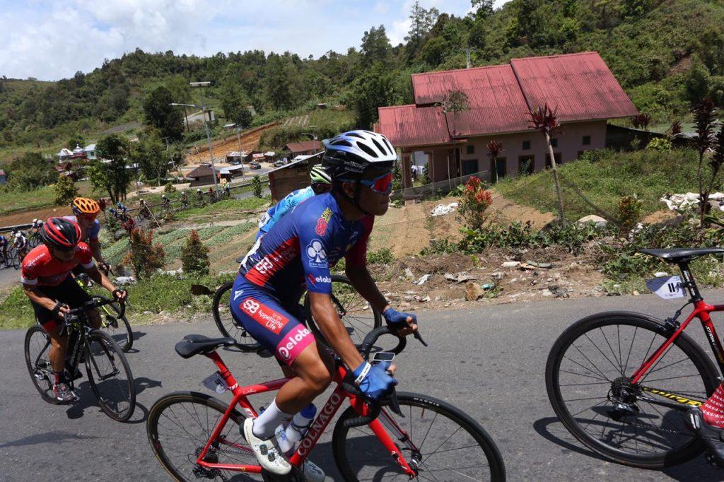 Peserta lomba Tour de Singkarak melintasi Kayu Aro foto. istimewa