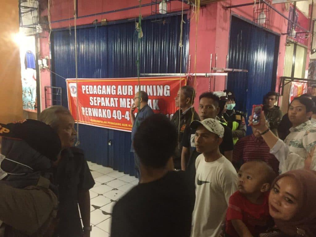 Spanduk Penolakan Penyegelan oleh Pedagang Aua Kuniang - FR/bakaba.co