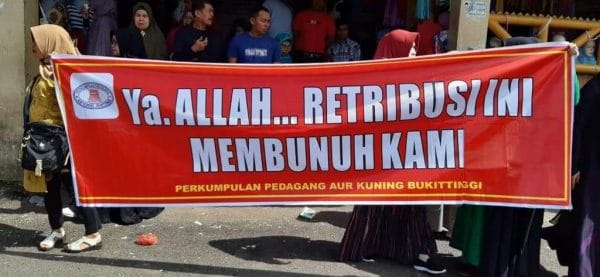 Spanduk Aksi Penolakan Penyegelan Toko Aua Kuniang - FR/ bakaba.co