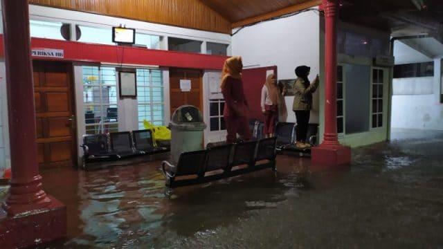 Banjir di kantor PMI Bukittinggi - bakaba.co