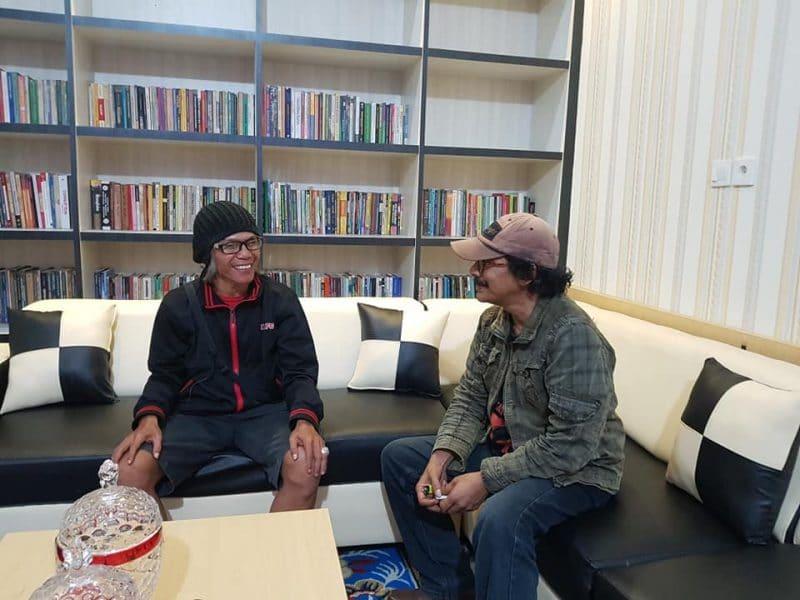 Mewawancara narasumber Iyut Fitra di Ruang Redaksi bakaba.co