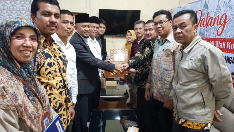 M. Fadhli menyerahkan dukungan KTP ke KPU sebagai syarat ikut Pilkada Walikota Bukittinggi 2020