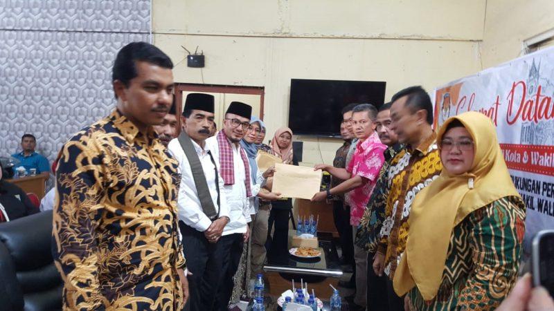 Martias Tanjung menyerahkan dukungan KTP ke KPU sebagai syarat ikut Pilkada Walikota Bukittinggi 2020 dari jalur perseorangan