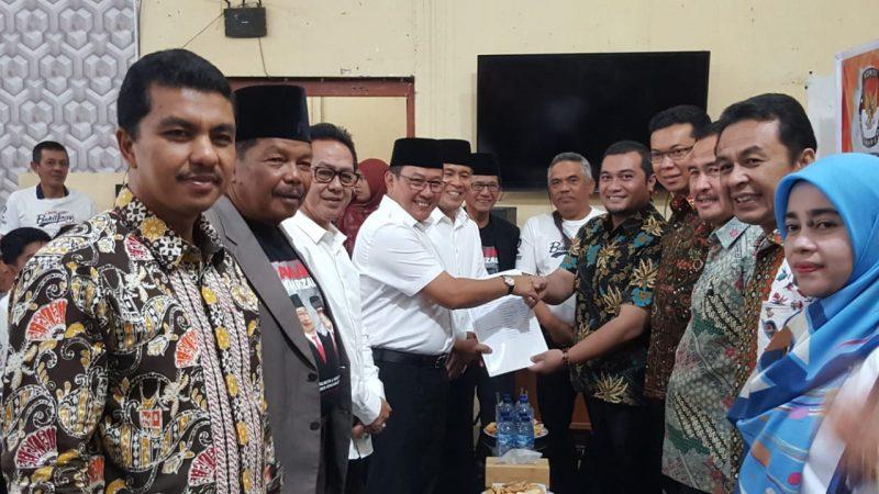 Ramlan Nurmatias menyerahkan dukungan KTP ke KPU sebagai syarat ikut Pilkada Walikota Bukittinggi 2020