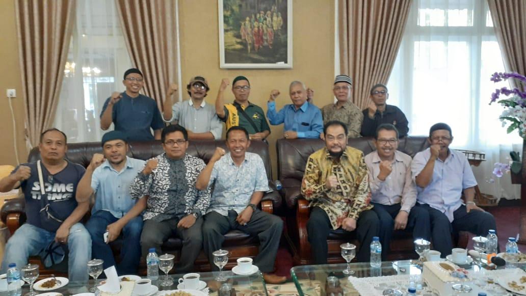 Leonardy Harmainy beserta beberapa tokoh di Bukittinggi - foto Fadhly Reza