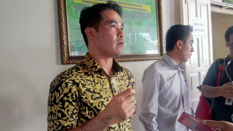 Didi Cahyadi Ningrat, SH, ketika diwawancara wartawan di PN Bukittinggi foto Fadhly Reza