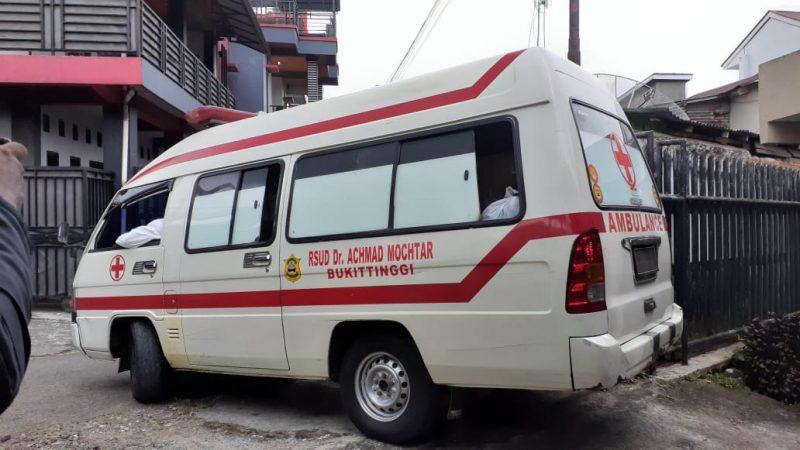 Mobil Ambulance keluar dari gerbang belakang RSAM Bukittinggi - foto - fadhly reza