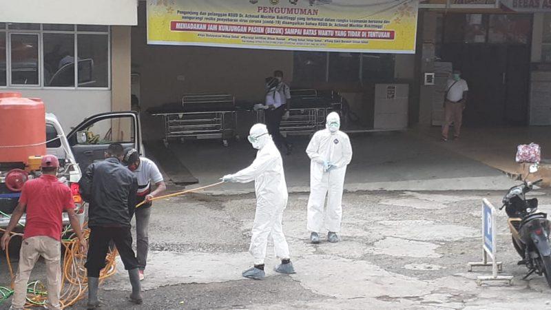 Petugas di RS Achmad Mochtar Bukittinggi lakukan penyemprotan disinfektan - foto - fadhly reza