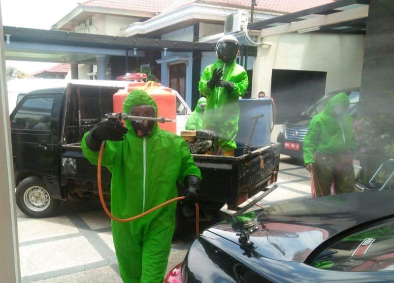 Petugas lakukan disinfektan di rumah dinas Wakil Walikota Bukittinggi. Foto: Istimewa