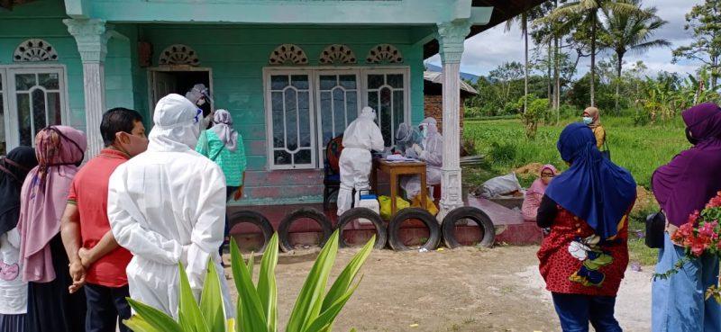 Proses evakuasi warga Agam positif Covid-19 di Nagari Panampuang, Ampek Angkek foto doc. istimewa
