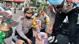 Kapolres Bukittinggi, AKBP. Imam Pribadi Santoso, SIK, MH terlihat ikut menaikan nasi kotak ke mobil pick up