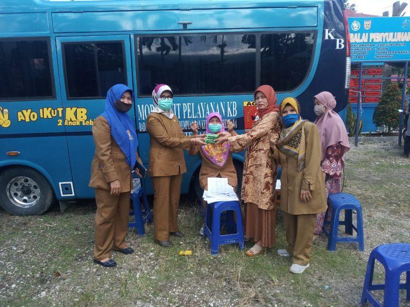 Kadis Dalduk KB PP PA Kabupaten Agam dan Soesiyanti Kasi KB dengan menggunakan Mobil Pelayanan KB Keliling. foto. ist