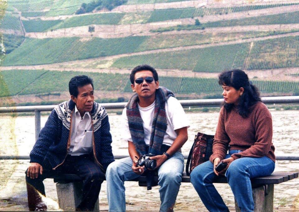 Mak Sawir Sutan Mudo (kiri) di pinggir Sungai Rhein, ketika tour ke Jerman, Juni 1999. Tengah; Edy Utama dan pendendang Ernawati. - Koleksi: EU