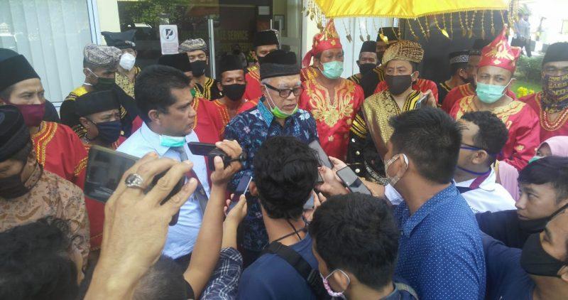 Masyarakat adat Minangkabau - Bakor KAN diwawancara wartawan setelah laporkan akun facebook yang dinilai menghina orang minang foto. Tedja