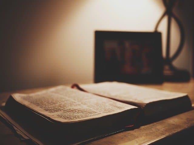 Injil berbahasa minang ilustrasi Gambar oleh Free-Photos dari Pixabay