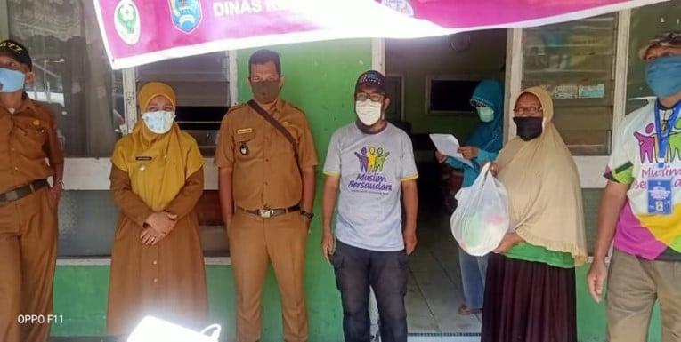 Perangkat Kelurahan Kapalo Koto Dibalai menyerahkan bantuan foto ist.