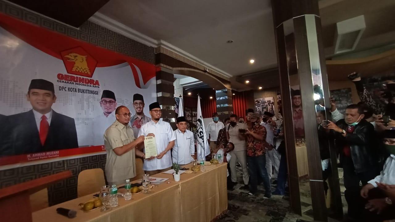 Ketua DPD Gerindra Andre Rosiade serahkan SK dan mandat ke Erman Safar, foto ist.