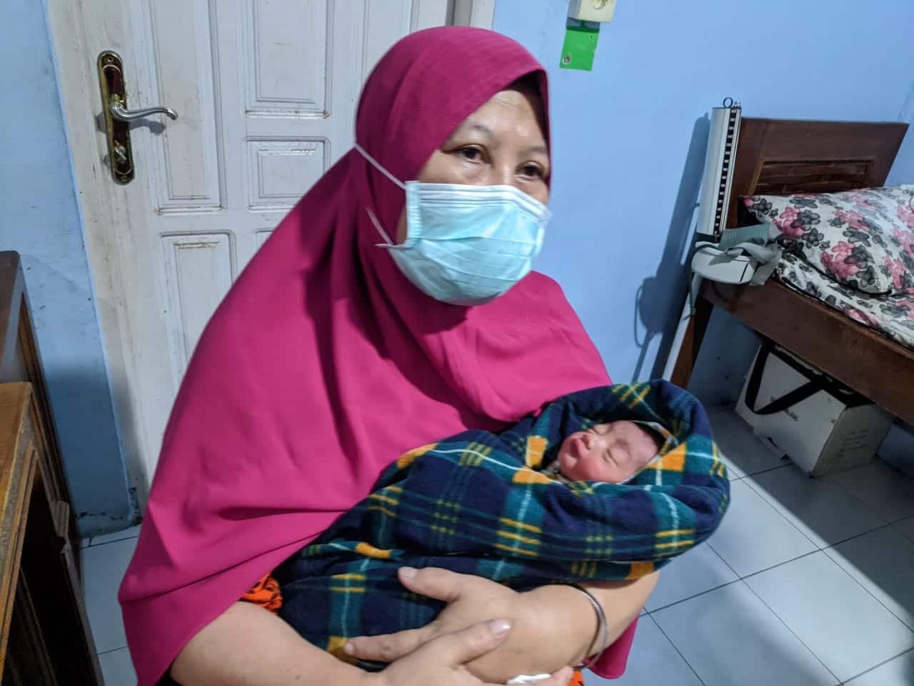 Bidan Ermayenti dan bayi yang ditemukan, foto. ist