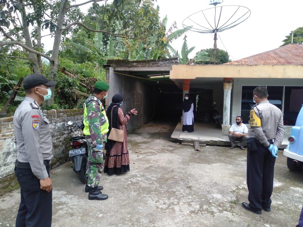 Tenaga kesehatan - Tim kecamatan mengedukasi pasien Covid-19. foto.ist