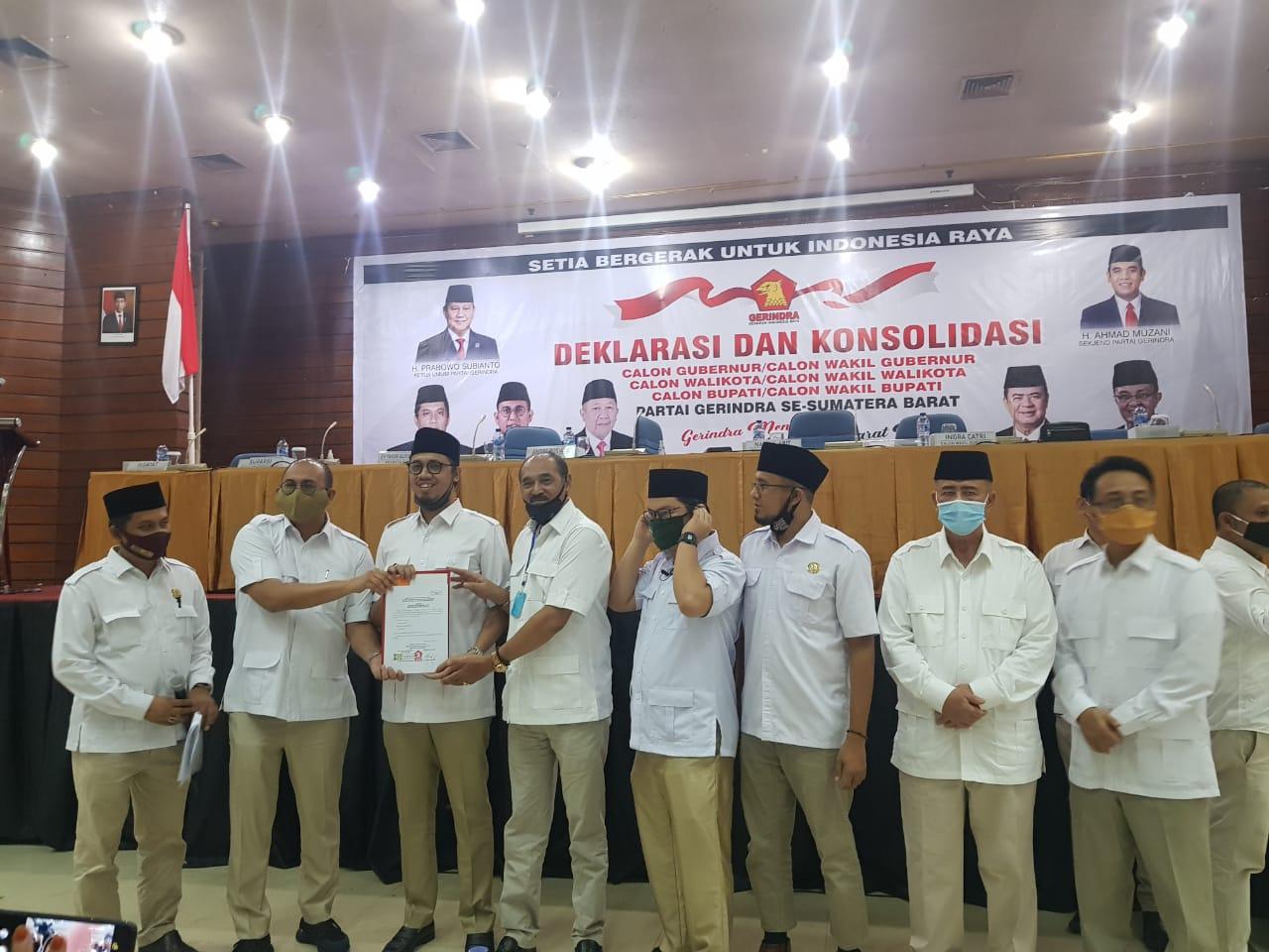Ketua DPD Sumbar Partai Gerindra - Andre Rosiade serahkan formulir B.1 KWK Parpol foto. ist
