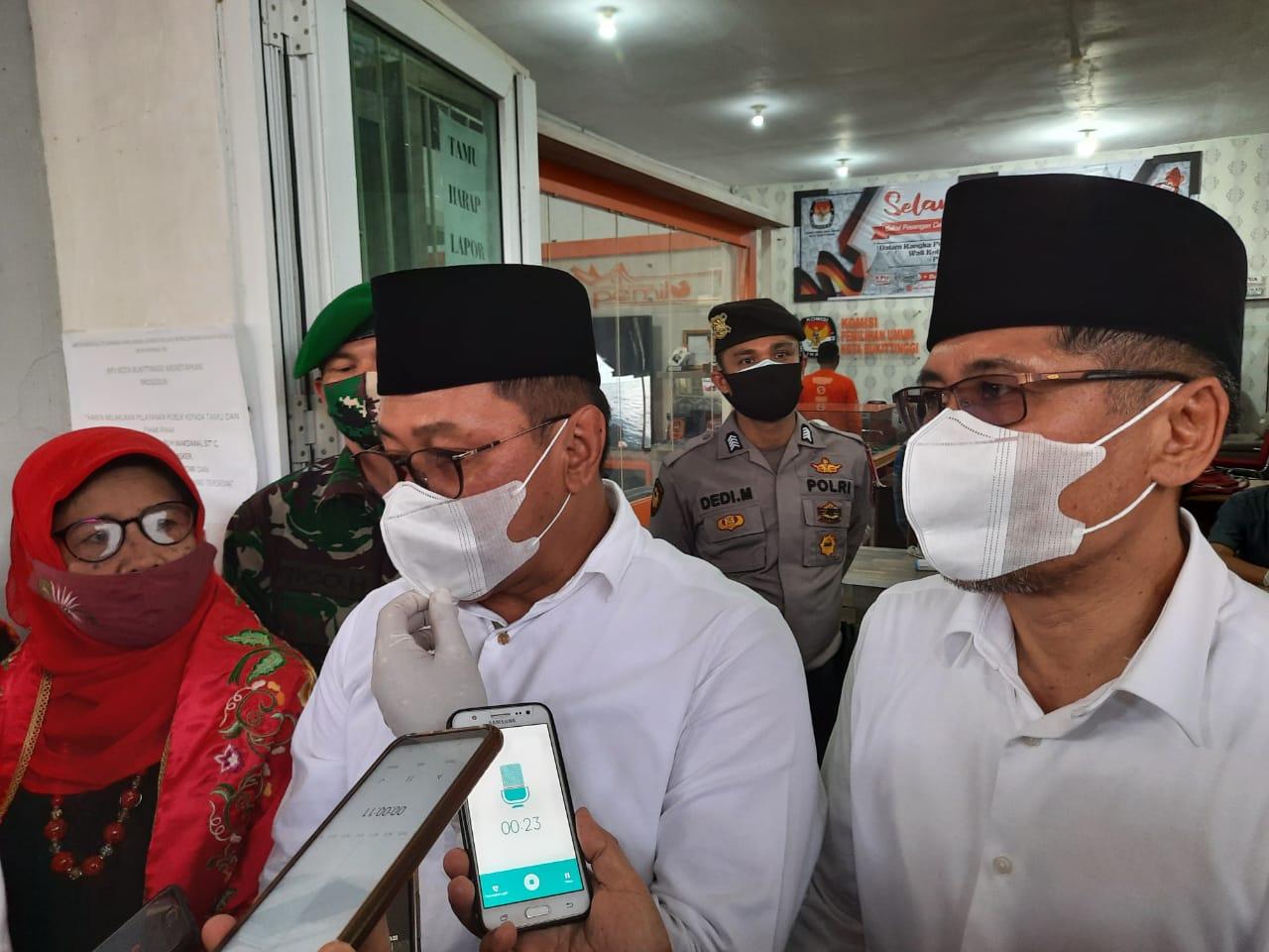 Ramlan Nurmatias - Syahrizal ketika diwawancara wartawan di KPU Bukittinggi, foto FR