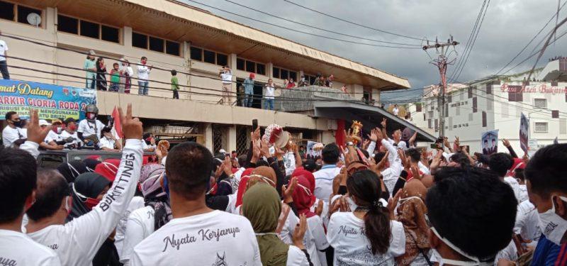 Masyarakat Pendukung ikut iringi Ramlan Nurmatias - Syahrizal daftar ke KPU Bukittinggi, foto FR