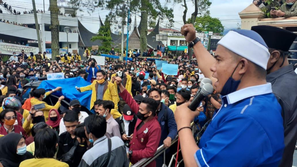 Mahasiswa lakukan aksi penolakan UU Cipta Kerja di DPRD Bukittinggi, foto fadhly reza