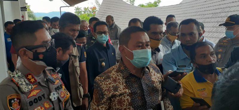 Walikota Bukittinggi Ramlan Nurmatias memberikan keterangan pada pers. foto fadhly reza