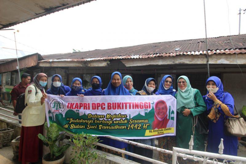 Pengurus IKAPRI Bukittinggi dalam kegiatan bantu sembako, foto FR